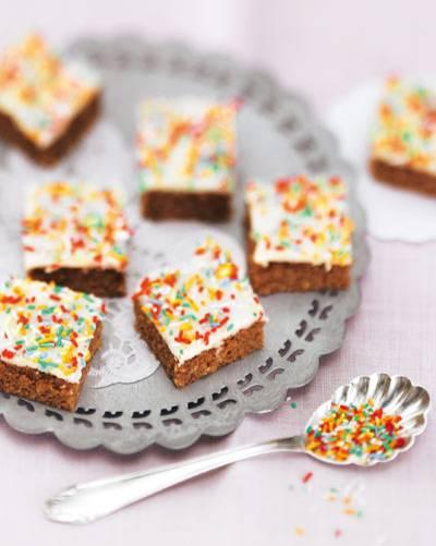 Bunte Lebkuchenwürfel - und schon fällt der Pasch! Herrlich saftig durch die Schokolade im Teig und in nur 40 Minuten fertig. Zum Rezept: Lebkuchenwürfel