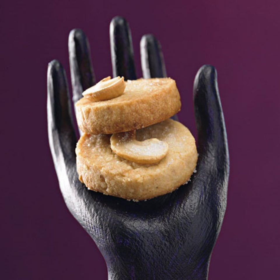 """Chère Madame, dürfen wir Ihnen eine """"Noix de Cajou"""", eine Cashewnuss, anbieten? Wir haben uns erlaubt, sie mit einem butterzartem Plätzchen zu unterlegen. Oh bitte, nehmen Sie gern noch eine weitere, sie sind absolut köstlich ... Zum Rezept: Cashew-Marzipan-Taler"""