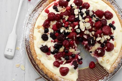 In rekordverdächtigten 20 Minuten steht dieser leckere Beerenkuchen mit Quark-Joghurt-Creme auf dem Tisch. Das klappt natürlich nur, weil wir mit fertigem Tortenboden schummeln - aber das müssen Sie Ihren Gästen ja nicht verraten. Zum Rezept: Beerenkuchen