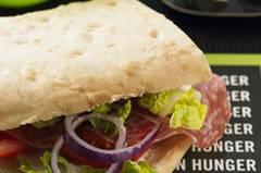 Burger kommen immer gut an. Statt einer dicken Frikadelle tun's aber auch ein paar hauchdünne Scheiben Salami als Fleisch-Einheit. Außerdem werden die Mini-Focaccias dick mit Salat, Tomaten und Zwiebeln belegt. Zum Rezept: Mc-Salami-Sandwich