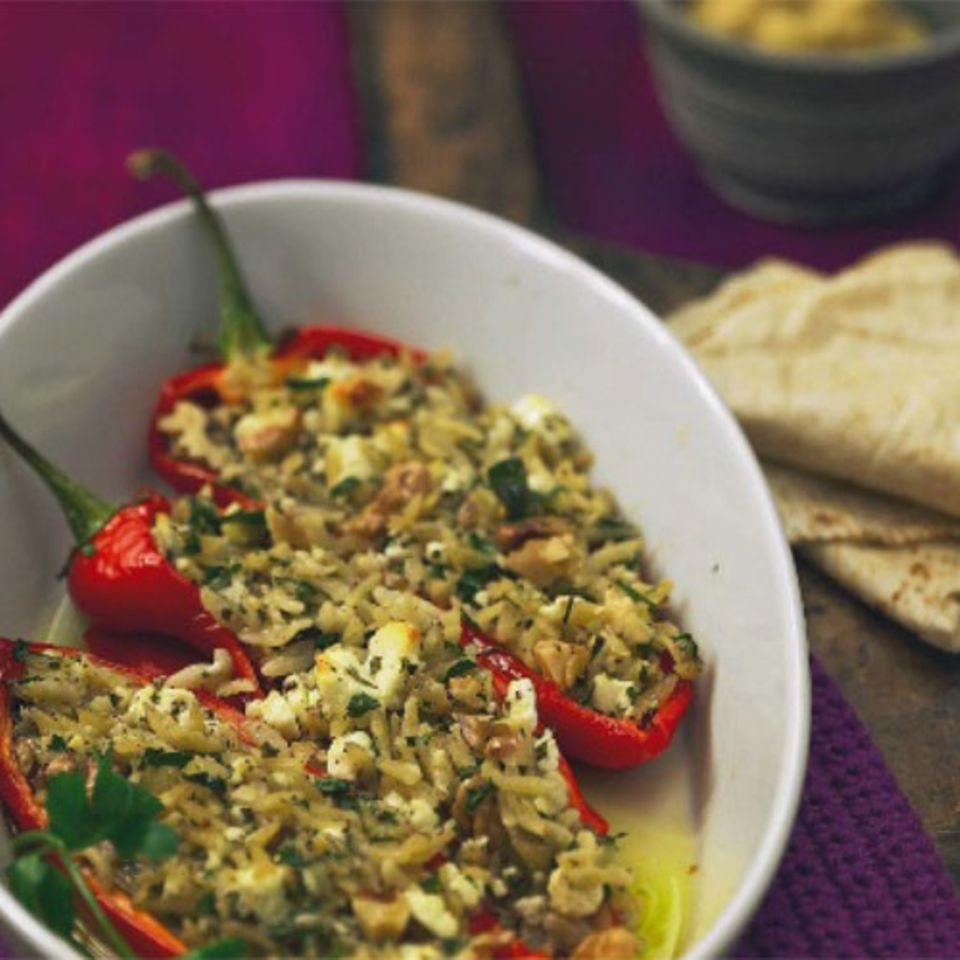 Sieht aus wie Reis, es sind aber kleine Nudeln, die sich mit Kichererbsen und Feta mischen. Zum Rezept: Gefüllte Paprika