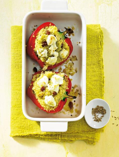 Paprika werden gern mit Hackfleisch gefüllt. Aber es geht auch vegetarisch mit Ziegenkäse, Rosinen und Couscous. Zum Rezept: Gefüllte Paprika mit Ziegenkäse