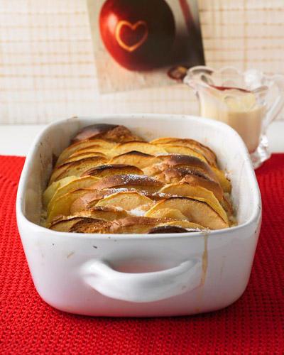 Den alten Hefezopf vom Vortag mag keiner mehr gern essen. Aber als Ofenschlupfer kommt er noch mal ganz groß raus! Am besten schmeckt der schwäbische Auflauf aus altbackenem Brot, Milch und Äpfeln mit warmer Vanillesoße. Zum Rezept: Apfel-Ofenschlupfer