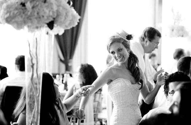 Die Braut im Plausch mit ihren Gästen.
