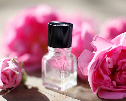 In diesen wenigen Tropfen stecken mehr als 1000 Rosenblüten.