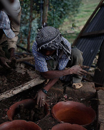 Einer der Feldarbeiter bereitet eine Kaffeezeremonie vor.
