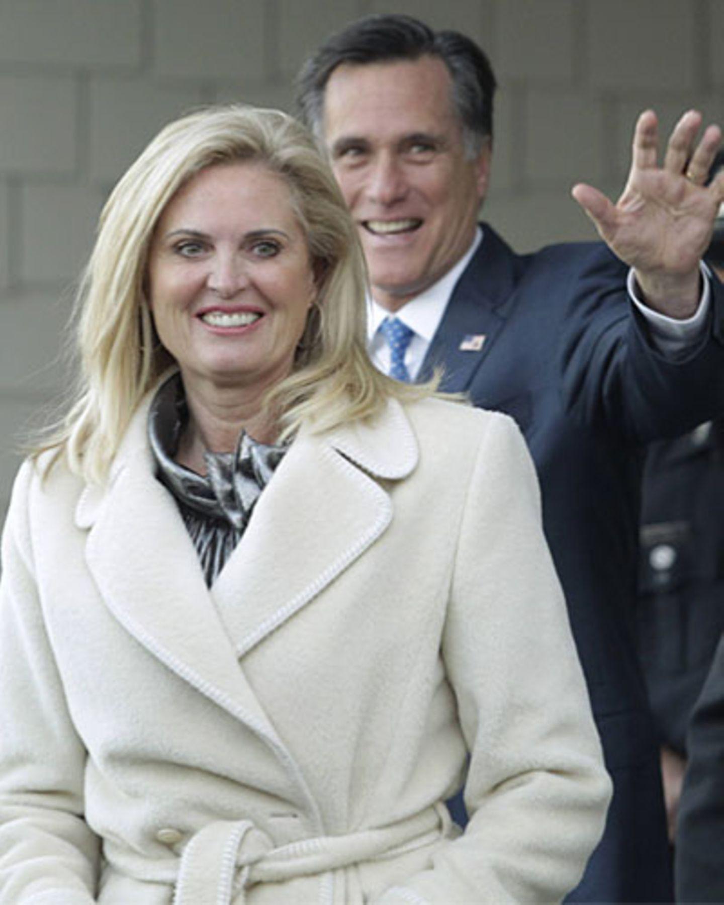 """Doch Anns Vorzeigeleben hat auch dunkle Seiten: Eine Fehlgeburt im siebten Monat musste sie verkraften, 1998 wurde bei ihr dann Multiple Sklerose festgestellt. 2007 die nächste Diagnose: Brustkrebs. Sie bekämpfte die schweren Krankheiten mit Operationen und Therapien """"aus der westlichen und östlichen Welt"""", wie sie sagt. Mitt Romney fürchtet um sie: """"Ohne meine Frau bin ich handlungsunfähig."""""""