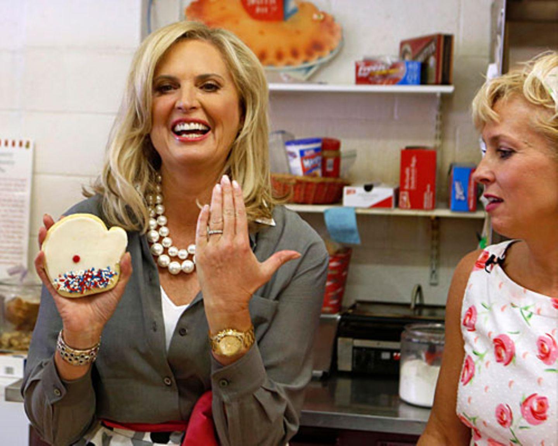 """Die Rollenverteilung im Hause Romney ist eindeutig: Ann startete nie eine eigene Karriere, sondern beschreibt sich als Hausfrau aus Leidenschaft. Sie hat fünf erwachsene Söhne, dazu fünf Schwiegertöchter und derzeit 18 Enkel. Der Boston Herald nannte sie einst eine """"Stepford-Frau"""", in Anlehnung an die unterwürfigen, immer lächelnden Frauen aus dem Roman """"Die Frauen von Stepford"""". Aber Ann verteidigt ihre Entscheidung für die Familie hartnäckig: """"Mutterschaft war meine Karriere. Und mit ihr bin ich völlig zufrieden."""""""
