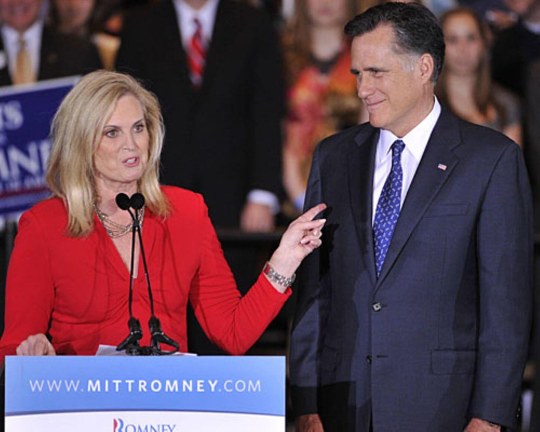 """Ann Romney ist die Geheimwaffe des oft etwas hölzern wirkenden US-Republikaners Mitt Romneys, dem es schwerfällt, Sympathien zu gewinnen. Zum Auftakt des Parteitages am Dienstag in Tampa hielt seine Frau darum eine Rede. Zur besten Sendezeit des US-Fernsehens betrat sie die Bühne. Wer glaubte, sie werde Romneys Politik erklären, täuschte sich. """"Heute will ich über Liebe reden"""", sagte sie. Mehr bei BRIGITTE.de: Michelle Obama: So stylt sich die First Lady Michelle Obama: Die Unverstellte US-Präsidenten: Das Quiz"""