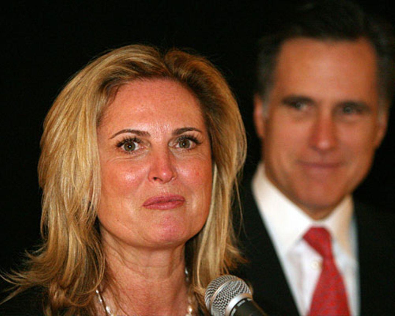"""Dann redete sie allerdings erst einmal über einen alleinerziehenden Vater, der Überstunden machen muss, um seinen Kindern den nächsten Schulausflug finanzieren zu können. Das war sehr emotional, sehr rührend – nur, ob es dem Wähler hilft, sich mit Mitt Romney zu identifizieren? In der Familie war immer Geld im Überfluss da, Ann musste nie arbeiten. Aber die 63-Jährige bekommt noch die Kurve: """"Es mag zwar einige Leute geben, die nicht mit Mitts Politik übereinstimmen. Aber keiner, keiner wird härter arbeiten als Mitt Romney."""" Es folgte donnernder Applaus."""