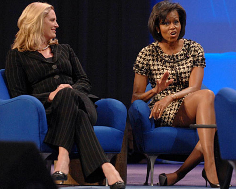 Im Kampf ums Weiße Haus spielen die Frauen der Kandidaten eine größere Rolle denn je: Und unterschiedlicher als Michelle Obama und Ann Romney könnten sie kaum sein. Die sportliche Michelle, eine Top-Juristin gegen Ann Romney, die fast zerbrechlich wirkende Vollzeit-Mutter. Die Frauen sind die großen Sympathieträger ihrer Männer. Mit kleinen Anekdoten aus dem Alltag machen Ann und Michelle ihre unnahbaren Businessmänner menschlicher für die Wähler. Während Mitt Romneys Beliebtheitswert bei nur 35 Prozent liegt, schafft seine Ehefrau ganze fünf Punkte mehr.