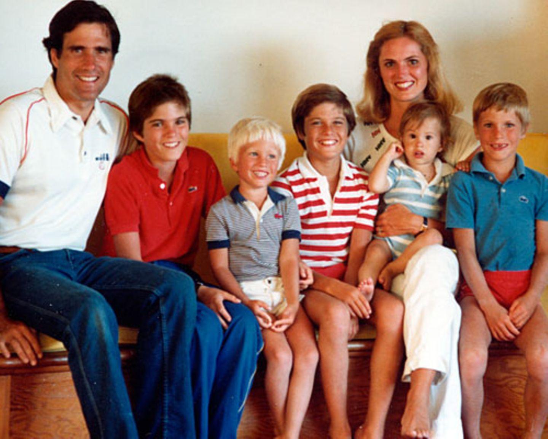 """1969 heiraten Ann Davies und Mitt Romney, 1970 wird ihr erster Sohn Taggart geboren. Es folgen Matt, Josh, Ben und Craig. 43 Jahre sind Mitt und Ann jetzt ein Ehepaar – und das skandalfrei. Zum letzten Hochzeitstag drehte Ann Romney ein werbewirksames Video, in dem sie aus dem Nähkästchen über ihren Mitt plaudert. Die """"kindischen und süßen"""" Briefe, die er ihr aus Frankreich schrieb, habe sie bis heute aufbewahrt."""
