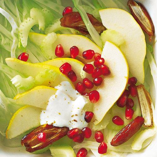 Fenchel und Frucht sind gute Partner, das beweist auch dieser Salat. Angemacht wird er mit einer milden Joghurtsoße, der gemahlener Kreuzkümmel das gewisse Etwas verleiht. Zum Rezept: Fenchelsalat mit Birne und Datteln