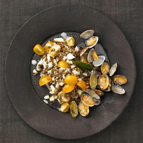 Nussige Puy-Linsen passen gut in Salate. Dieser hier ist besonders raffiniert - mit Muscheln, Fenchel, Anis und Traubenkernöl. Zum Rezept: Linsensalat mit Fenchel und Pastis