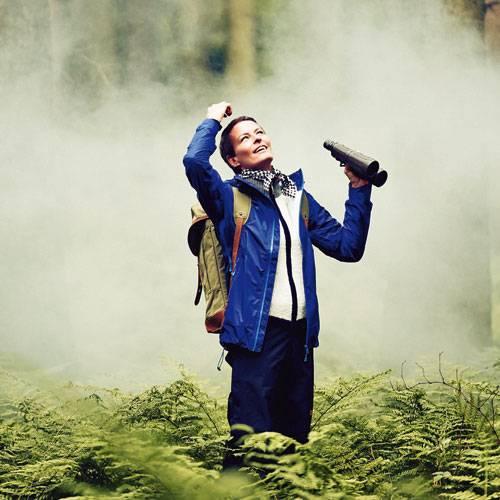 Outdoor-Mode: Azurblaue Windjacke mit Kapuze: Bergans of Norway, ca. 200 Euro. Weiße Jacke mit grauen Strickelementen: Napapijri, ca. 180 Euro. Outdoor-Hose mit verstellbarer Beinweite: Jack Wolfskin, ca. 170 Euro. Halstuch: Codello. Rucksack: Fjällräven. Fernglas: privat Mehr bei BRIGITTE-woman.de Mit diesen Mode-Basics liegen Sie immer richtig Modetrends: Was tragen wir im Herbst? 70er-Jahre-Mode: So schön wie damals