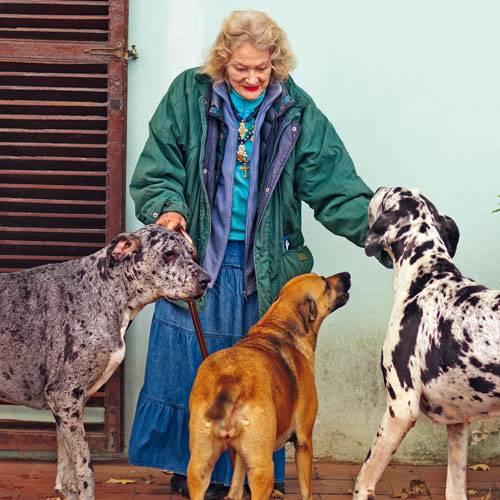 Doggen und Mischling sind immer in ihrer Nähe. Pat ohne Hunde - das wäre wie die Queen ohne Corgies.