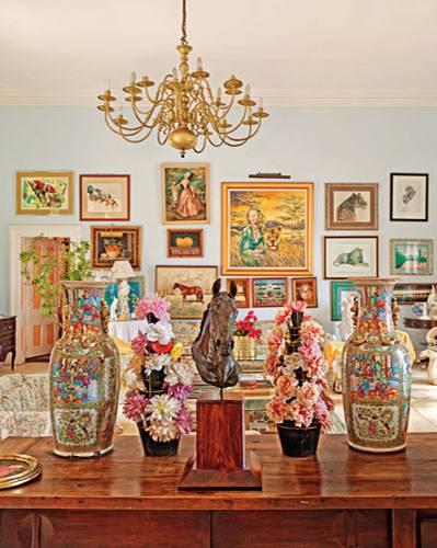 Die Vergangenheit ist ebenso allgegenwärtig wie Überbleibsel einstigen Wohlstands. Zum Beispiel die kostbaren chinesischen Vasen aus der Ming-Dynastie