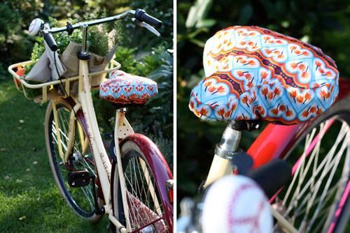 Selbermachen: Der Vorteil einer Nylonkordel ist die Haltbarkeit. Wenn Sie den Sattelbezug immer auf Ihrem Sattel lassen, wird die Gummilitze spätestens dann porös, wenn das Fahrrad einen Sommer lang bei hohen Temperaturen draußen in der Sonne stand. Wer allerdings nur ab und zu mal seinen Sattel vor Feuchtigkeit oder Regen schützen will, kann gern auch ein Gummiband verwenden.    Fröhliches, buntes Radeln allerseits!