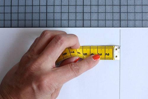 Selbermachen: Bevor Sie das Schnittmuster ausschneiden, messen Sie mit einem Maßband oder einem flexiblen Lineal den (halben) Umfang des Sattels auf Ihrer Zeichnung. Dabei die Linie rechts nicht mitmessen! Dieses Maß x2 plus 1cm Nahtzugabe ergibt die Breite des Streifens (B), den Sie später an das Oberteil nähen.    Um die Höhe zu ermitteln, messen Sie die dickste Stelle Ihres Sattels (H), addieren 5mm Nahtzugabe und 25mm für den Tunnelzug (also B+H+30mm), durch den Sie später das Gummiband oder die Nylonkordel fädeln.
