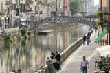 An Mailands alten Kanälen im Navigli-Viertel fügt sich die unterschwellige Durchgedrehtheit der Stadt zu einem harmonischen Ganzen.