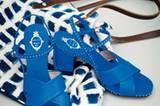 Blaue Sandalen von Unützer, ca. 390 Euro. Ethno-Tasche: French Connection, ca. 60 Euro.