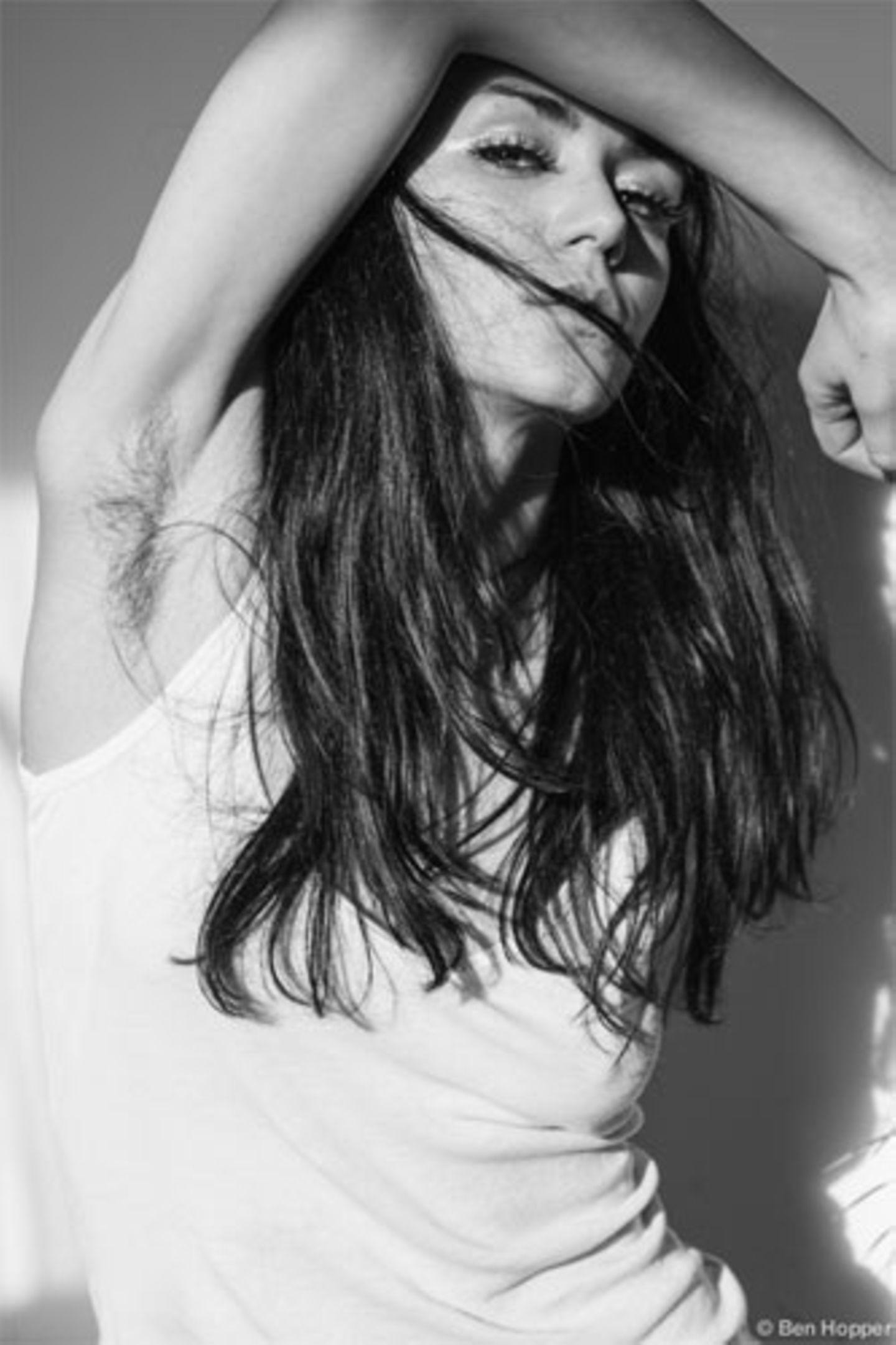 """Es lässt sich nicht abstreiten: Achselhaare bei einer Frau fallen auf. Warum? Weil man sie viel zu selten sieht. Die Schönheitsindustrie gibt seit Jahren vor, dass weibliche Achseln rasiert sein müssen. Gegen dieses Ideal geht der Fotograf Ben Hopper mit seinem Projekt """"Natural Beauty"""" an - indem er schöne Frauen mit Achselhaaren zeigt."""