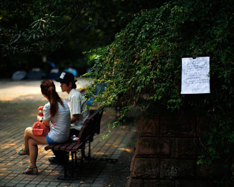 Erste Annäherung: Beim Qixi-Fest unterhält sich ein Paar auf einer Parkbank in Shanghai. Qixi gilt in China als Pendant zum westlichen Valentinstag; es wird am siebten Tag des siebten Monats nach dem chinesischen Mondkalender gefeiert und beruht auf einer 2600 Jahre alten Sage, in der sich ein Hirtenjunge und ein Webermädchen verlieben und damit den Zorn des Himmelgotts auf sich ziehen. In der Legende dürfen sich die beiden Liebenden nur einmal im Jahr treffen. Viele junge Chinesinnen haben es auch heute nicht viel leichter mit ihren Beziehungen: Zwischen traditionellen Werten, hohen Ansprüchen und ihrer eigenen Karriere finden sie keinen passenden Partner. Mehr bei BRIGITTE.de: Wie Shanghais Frauen mühsam nach einem Ehemann suchen Chinas Mütter: Wer heiratet unsere Töchter? Reisebericht: Boomtown Shanghai