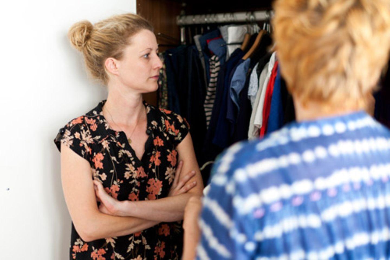 Das Problem von BRIGITTE Digital-Redaktionsleiterin Inga Leister kommt Ihnen vielleicht bekannt vor: Sie hat einen Schrank voller Klamotten und trotzdem das Gefühl, immer das Gleiche anzuziehen. Ein Fall für Bärbel Recktenwald, Stylistin und freie Mitarbeiterin im BRIGITTE-Moderessort. Sie hat sich durch Ingas Kleiderschrank gewühlt und erstaunlich viele neue Lieblingsoutfits zusammengestellt. Ihre besten Styling-Tipps und Kniffe hat sie uns dabei auch gleich verraten. Mehr bei BRIGITTE.de Mode: Guter Stil für wenig Geld Wiederbelebt: So kombinieren Sie alte Kleidung neu Schlanker Schrank - und trotzdem gut angezogen