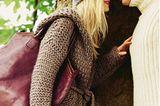 Kapuzenstrickjacke Die grobmaschige Jacke mit Bindegürtel ist einfach verschränkt gestrickt und so bequem, dass man in ihr wohnen möchte! Kleid: Apart. Tasche: Luisa Cerano.  Zur Strickanleitung: Kapuzenjacke stricken    Melierte Mütze Die Wollmütze mit Rippenrand gibt es in drei Farbvarianten.    Zur Strickanleitung: Melierte Mütze stricken    Rippenrolli Und ihm steht der schmal geschnittene Klassiker mit wollweißem Rippenmuster. Das geht ganz unkompliziert: zwei Maschen rechts, zwei Maschen links.    Zur Strickanleitung: Rippenrolli aus Schurwolle stricken    Angora-Mütze Die Mütze aus Angora-Wolle ist angenehm weich, warm und kuschelig.    Zur Strickanleitung: Angoramütze stricken