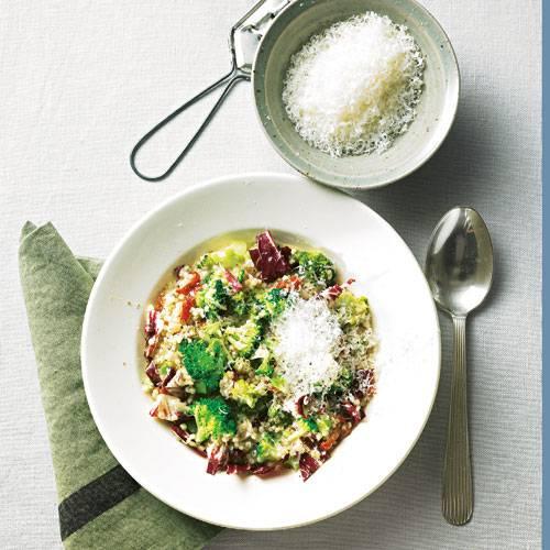 Dieses bunte Allerlei ist bis zum Tellerrand voll mit gutem Geschmack und Vitaminen. Neben Graupen mischen auch noch Brokkoli, Radicchio, Schalotten und getrocknete Tomaten mit. Zum Rezept: Graupen-Risotto