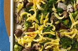 Fleisch, Sättigungsbeilage, Gemüse - das Putengulasch ist ein klassisches deutsches Hauptgericht. Trotzdem müssen Sie weder viele Töpfe schmutzig machen, noch mit den Zubereitungszeiten jonglieren: Im Ofen gart alles auf einem Blech. Zum Rezept: Putengulasch vom Blech