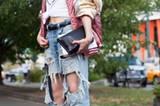 Die Steigerung des Destroyed-Looks: Jeans mit riesigen Löchern an den Knien.