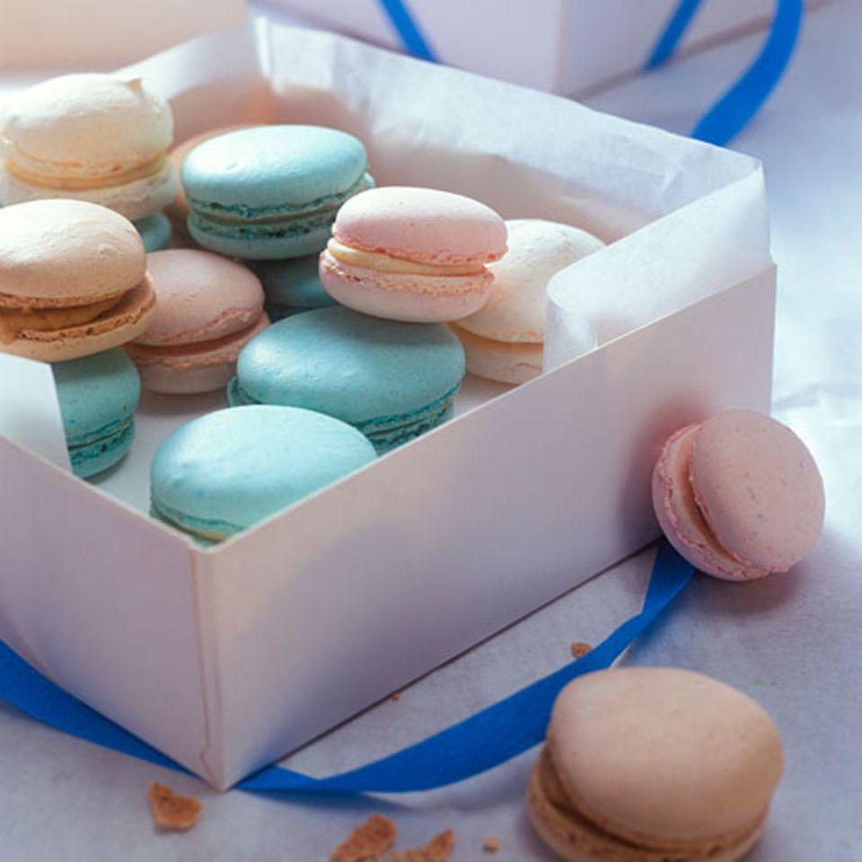Die luftigen Mandelbaisers werden mit Speisefarbe gefärbt und raffiniert gefüllt: mit weißer Schokolade und Sahne. Zum Rezept: Bunte Mandelbaisers