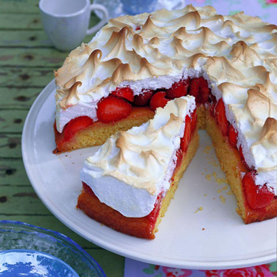 Einfach perfekt: Unter der Baiserhaube bleiben die Erdbeeren schön saftig. Der Boden des Kuchens ist mit Kokosflocken verfeinert. Zum Rezept: Erdbeer-Baiser-Torte