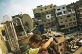 """Ein syrischer Junge mit Spielzeuggewehr auf dem Balkon seiner Unterkunft in Beirut. Meeri Koutaniemi hat vor allem schockiert, wie die Langeweile die Kinder lähmt und körperlich krank macht. """"Sie haben nichts zu tun, sie können nicht zur Schule gehen. Es braucht in diesen Lagern dringend internationale Hilfe."""""""