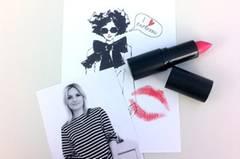 Mode-Redakteurin Anna Weilberg küsst in Mattpink