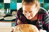 Estelia, Alessios Mutter, ist stolz auf ihr frisch gebackenes Brot.