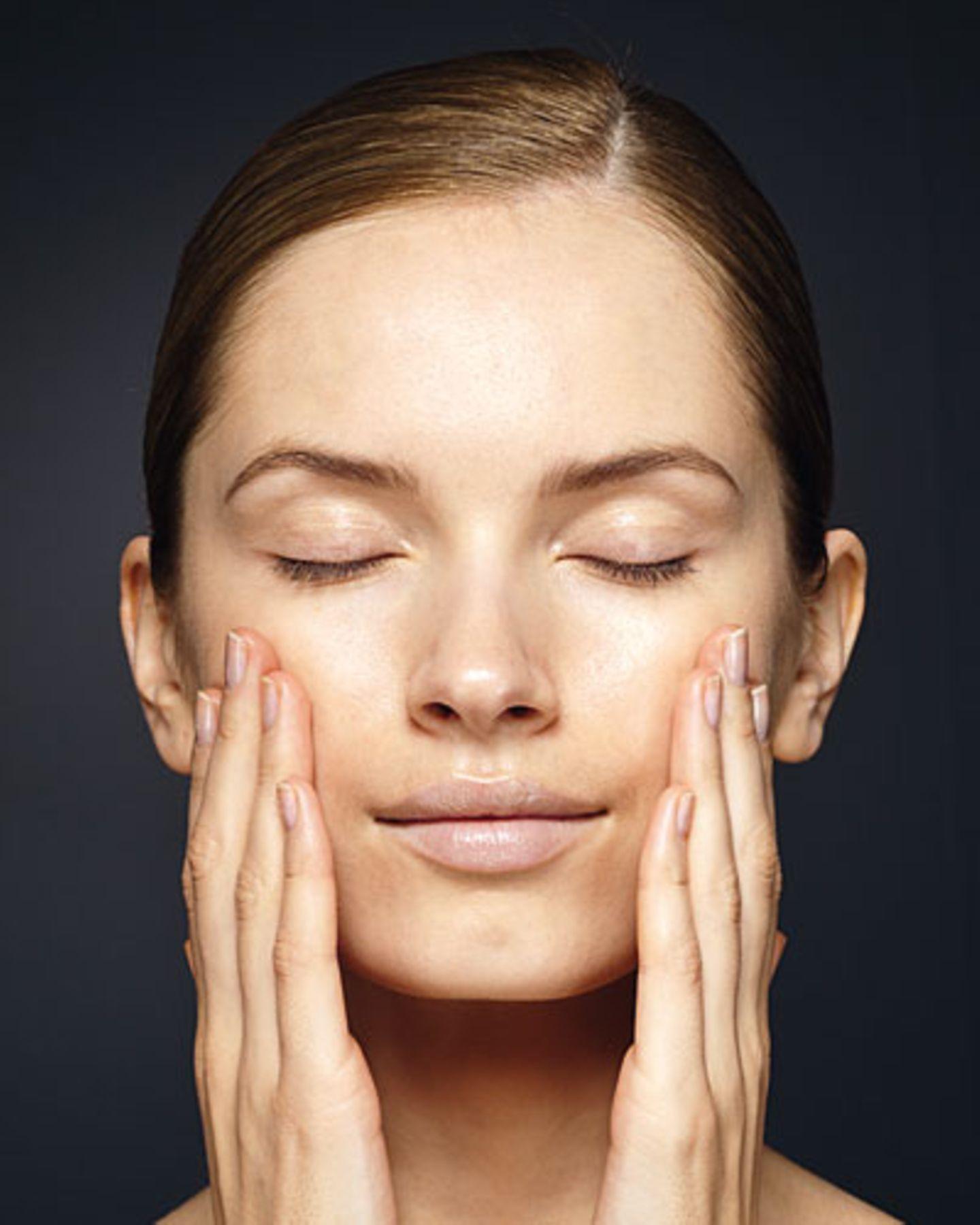 Nachdem Sie die Foundation (z. B. Dior) aufgetragen haben, die Handflächen für 2 bis 3 Sekunden sanft aufs Gesicht pressen ? das fixiert.