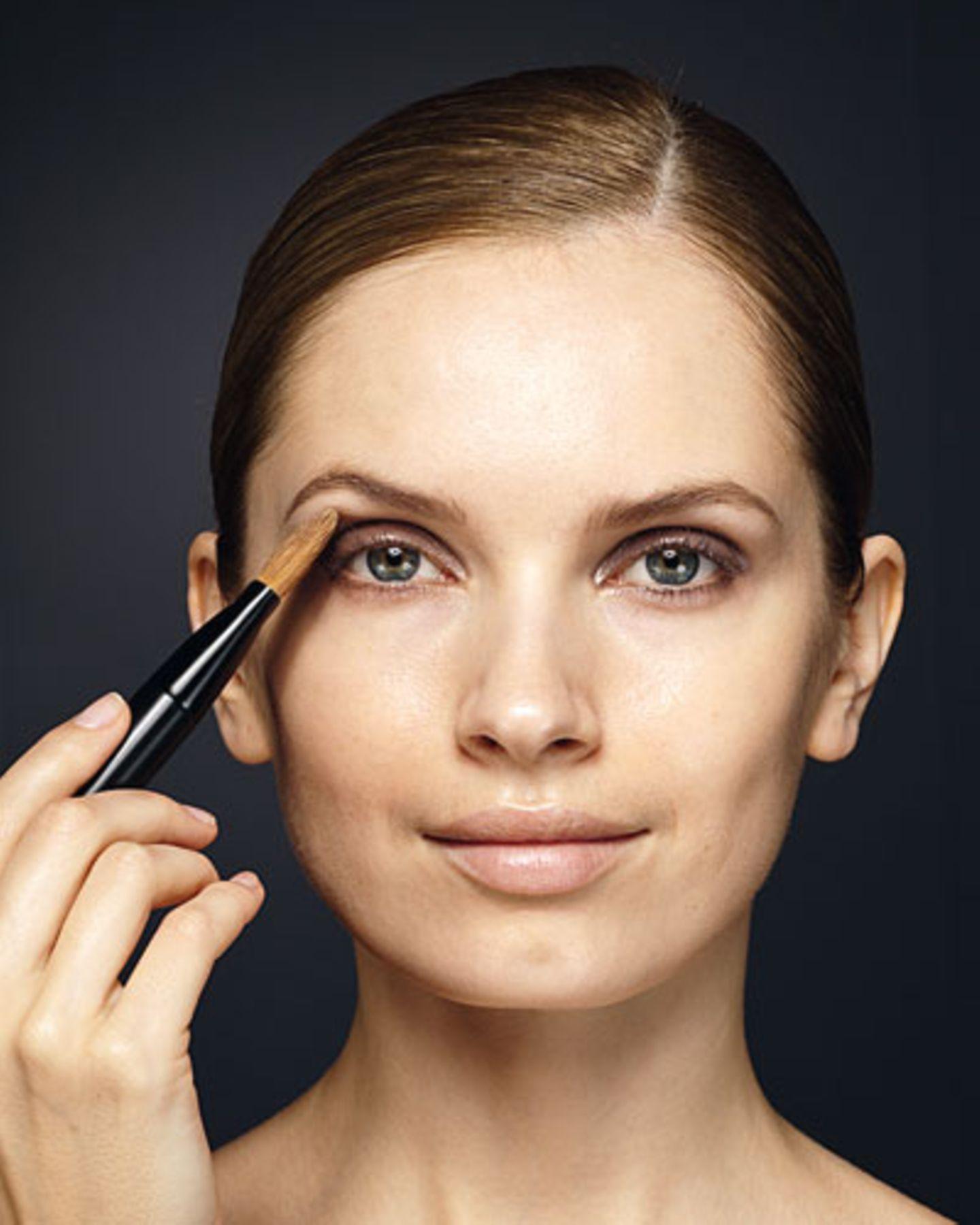 Um kleine Unregelmäßigkeiten im Augen-Make-up zu korrigieren, mit dem noch feuchten Foundation-Pinsel ausgleichend über die Lidfalte gehen.