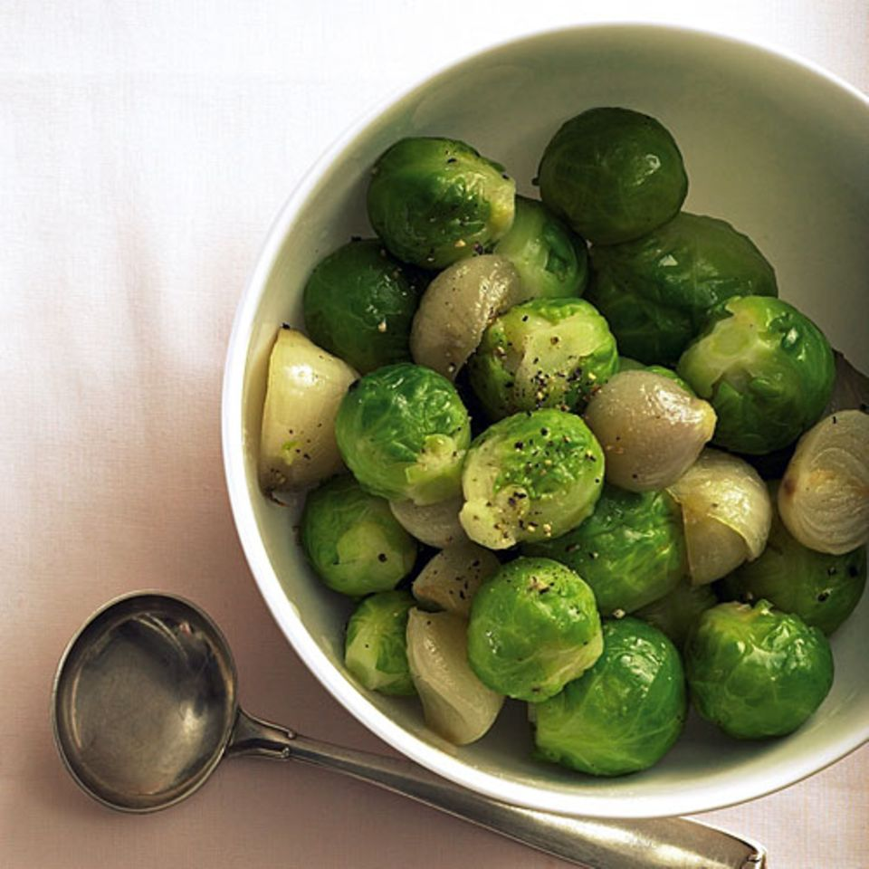 Rosenkohl ist ganz unkompliziert zuzubereiten - die kleinen Röschen sind ja bereits mundgerecht portioniert. Und wenn man den Kohl gleich nach dem Kochen mit eiskaltem Wasser abschreckt, behält er seine grüne Farbe. Ein bisschen raffinierter wird die Gemüsebeilage durch die richtigen Kräuter und Gewürze ... Zum Rezept: Rosenkohl mit karamellisierten Schalotten