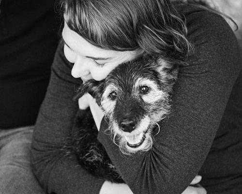 """Fotoprojekt: Wenn der Hund oder die Katze stirbt, entsteht eine große Lücke. Plötzlich fehlt ein Mitbewohner, Freund oder Familienmitglied. Doch die Fotografin Sarah Ernhart findet, dass zum Abschied vom Haustier nicht nur Trauer gehört, sondern auch Freude. In ihren """"Joy Sessions"""" hält sie schöne Momente fest, die Menschen mit ihren todkranken Tieren erleben. Es sind Bilder, die Freude machen und später an die gemeinsame Zeit erinnern sollen. Auf der Seite www.joysession.com finden Tierbesitzer noch weitere Fotografen für Erinnerungsbilder dieser Art. Mehr Informationen unter http://sarahbethphotography.com und www.facebook.com/sarahbethphotography. Mehr bei BRIGITTE: Warum Tiere für Menschen so viel bedeuten Test: Was wissen Sie über Haustiere?"""