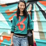 Ein Model im Statement-Sweatshirt auf der Fashion Week Paris