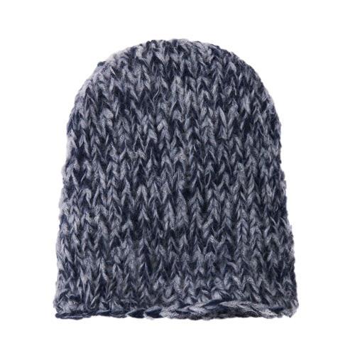 Die Blau-graue Mütze ist in zwei bis drei Stunden fertig, weil sie mit doppeltem Alpakafaden gestrickt wird. Zur Strickanleitung: Blau-graue Mütze stricken