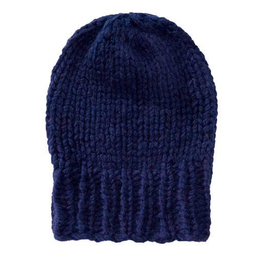 Die Mütze kann man leicht selber stricken und ist geeignet für Strick-Anfänger. Dank der Merinowolle sieht sie nicht nur schick aus, sondern hält auch kuschelig warm. Zur Strickanleitung: Dunkelblaue Mütze aus Merinowolle stricken