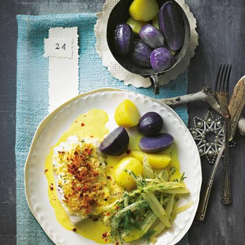 Safran-Fenchel-Kabeljau: ein festlich-elegantes Dreamteam! Für Farbe sorgen blaue Kartoffeln und rosa Pfefferbeeren. Zum Rezept: Kabeljau mit Mandelkruste und Safransoße