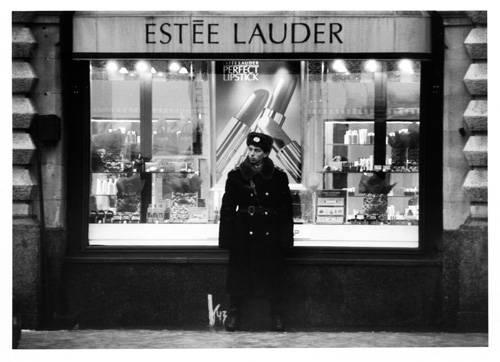 """Fotografie-Ausstellung: Barbara Klemm geht auf die Straße und beobachtet. Sie bemerkt das, was andere übersehen und bildet es in ihrer Fotoreihe """"Straßenbilder"""" ab. Manchmal ist es die Nähe, die den Motiven Präsenz verschafft. Wie etwa diese Momentaufnahme aus Moskau: Altbewährtes trifft auf Fortschritt, russische Tradition auf westliche Moderne."""