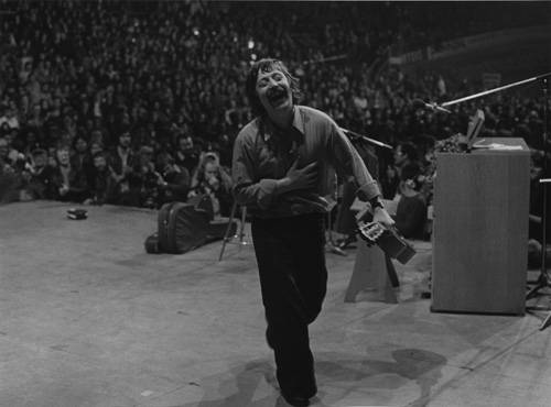 """Fotografie-Ausstellung: 1976: Liedermacher Wolf Biermann verlässt in Ekstase die Bühne. Die Pressefotografin Barbara Klemm fängt den Moment ein, nach dem sich sein Leben auf den Kopf stellen sollte: Nach dem Konzert wird Biermann mit der Anklage """"Widerstand gegen den Staat"""" aus der DDR ausgebürgert.  Dort hatte er bereits Auftrittsverbot, verbreitete seine Musik aber per Tonband weiter. Barbara Klemm fotografiert vorwiegend politische Motive und hat 35 Jahre lang als Fotografin für die Frankfurter Allgemeine Zeitung gearbeitet."""