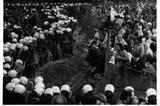 1980: Ein Konflikt, der sich mehr als zehn Jahre lang zugespitzt hatte, erreicht seinen Höhepunkt: Zahlreiche Umweltschützer und Studenten kämpfen in Frankfurt am Main gegen die Startbahn-West. Sie können nicht verhindern, dass im Auftrag der Flughafenbetreiber hunderte Hektar Wald abgerodet werden. Wütend besetzen sie das Gelände, auf dem die Reste ihrer gescheiterten Revolte liegen. Barbara Klemm macht die Spannung dieser Sekunden sichtbar.