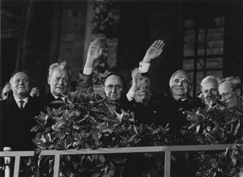 Fotografie-Ausstellung: Fotos von Barbara Klemm sind mehr als nur Dokumentation. Sie vermitteln das Gefühl, dabei gewesen zu sein: Am 3. Oktober 1990 steht sie eingeengt zwischen Grenzbeamten und jubelndem Volk und drückt auf den Auslöser.