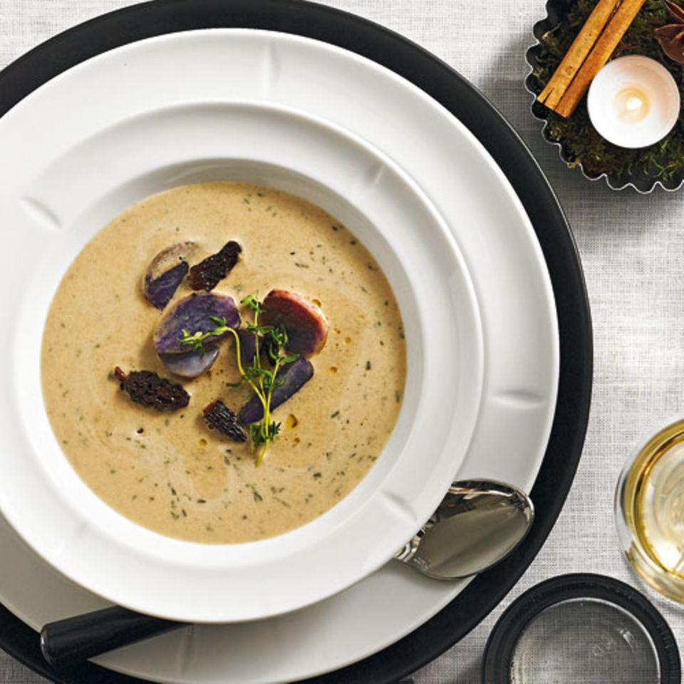 Abgeschmeckt mit Thymian und Cumin, garniert mit blauen Kartoffeln - diese Suppe ist ein Gedicht! Zum Rezept: Feine Morchelsuppe mit Cumin und gebratenen Vitelotten